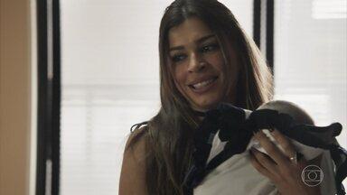 Lívia fica encantada com o bebê de Clara - A cunhada da professora pega o sobrinho no colo e assume cuidados