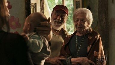 Josafá e Mercedes conhecem a criança - Lívia se incomoda quando Clara pede para Mercedes abençoar seu filho
