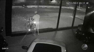 Bicicleta avaliada em R$ 5 mil é furtada dentro de loja de veículos, em Feira de Santana - Ladrão cometeu o crime, que foi registrado por câmeras de segurança, por volta das 3h. Veja as imagens.