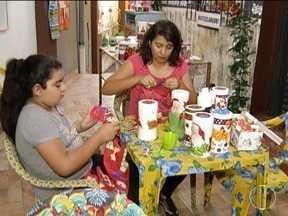 Projeto social ajuda quem quer iniciar no mercado do artesanato em Montes Claros - Objetivo da oficina é ensinar técnicas com base no reaproveitamento de materiais.