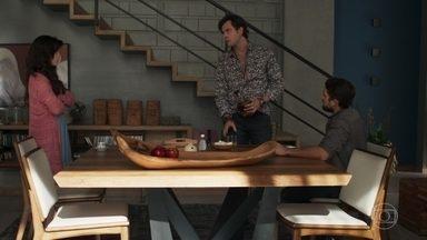 Gael flagra Renato e Clara juntos - Lívia arma para o irmão encontrar a esposa e o médico em casa
