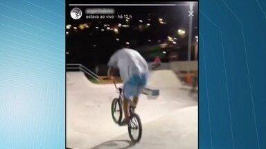 Skatistas e ciclista são assaltados enquanto faziam transmissão ao vivo das manobras em Vi - Crime aconteceu no Centro Esportivo Tancredão, na noite desta sexta-feira (17).