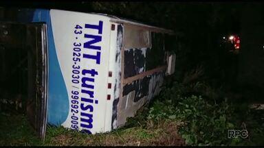 Ônibus tomba e deixa seis pessoas feridas em Juranda - Acidente na BR-369 teria sido provocado por um pneu furado