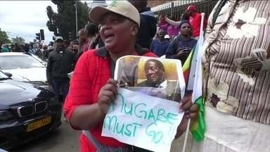 Milhares de pessoas protestam na capital do Zimbábue para pedir a renúncia do presidente - Robert Mugabe está há 37 anos no poder. Milhares de pessoas pedem a sua renúncia em Harare.