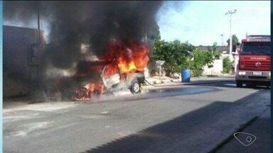 Carro pega fogo em Linhares, mas ninguém fica ferido - Incêndio aconteceu no bairro Movelar. Uma perícia vai ser feita para indicar as causas do fogo.