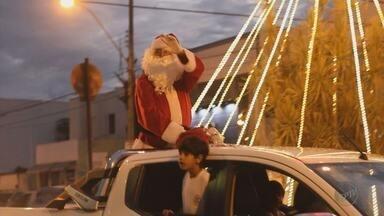 Cerca de 2 mil pessoas fazem carreata para receber o Papai Noel em Passos (MG) - Cerca de 2 mil pessoas fazem carreata para receber o Papai Noel em Passos (MG)
