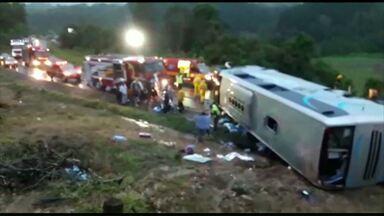 Ônibus com estudantes tomba em Santa Catarina - Eles seguiam para um parque aquático.