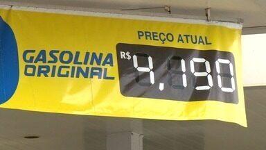 Motoristas reclamam de preços iguais em postos de gasolina de Aracruz, ES - Valor está alto e impossível para muita gente encher o tanque.