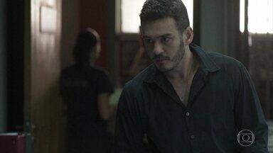 Domênico volta para a delegacia irritado - O inspetor não conta a Antônia sobre o encontro com Júlio