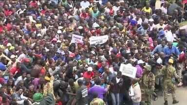 Milhares protestam no Zimbábue contra o ditador Robert Mugabe - Manifestação teve o apoio dos militares, que colocaram o presidente em prisão domiciliar na quarta-feira (15). Mugabe tem 93 anos, e governa o país desde 1980.