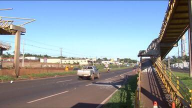 Caminhão com caçamba levantada derruba passarela na BR-376, em Marialva - Por sorte, ninguém ficou ferido. O motorista do caminhão fez o teste do bafômetro, que não acusou sinais de embriaguez.