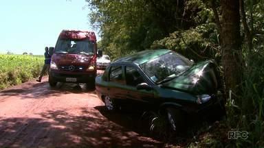 Duas pessoas ficam feridas em acidente na área rural de Foz do Iguaçu - O carro em que eles estavam bateu contra uma árvore. Eles foram socorridos e levados ao hospital.