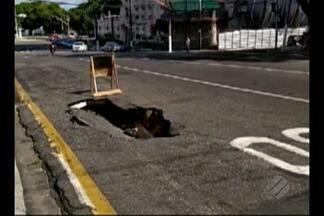 Buraco na avenida Presidente Vargas atrapalha trânsito - O buraco fica próximo a rua João Alfredo.