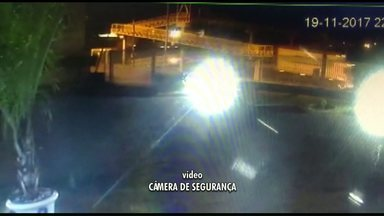 Caminhão com caçamba levantada derruba metade de passarela - Câmeras de segurança registraram o momento do acidente.