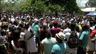 Dia da Consciência Negra é lembrado no Parque Quilombo dos Palmares - Comemorações começaram com salva de tiros e oferendas a Zumbi. Era bem cedo quando rodas de capoeira se espalharam pelo parque.