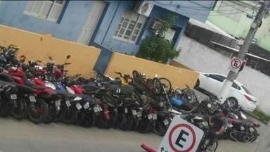 Motos apreendidas ficam estacionadas em local proibido em Itapemirim, no Sul do ES - Delegado disse que não há pátio para guardar os veículos no município.