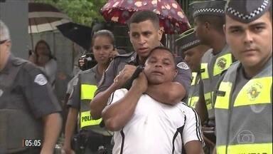 Ambulantes são cercados e agredidos por PMs em operação contra o comércio ilegal em SP - Um homem foi imobilizado com uma gravata e recebeu golpes de cassetete ao tentar levar o carrinho com milho verde. A Polícia Militar disse que os policiais agiram em legítima defesa.