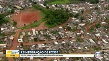 Polícia acompanha reintegração de posse na Zona Leste de SP - Moradores fazem protesto contra desocupação no Jardim Iguatemi