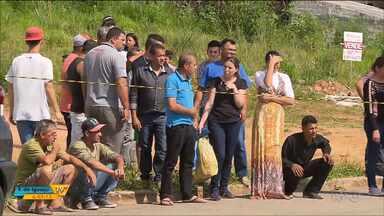 Três pessoas foram mortas a tiros em uma loja de carros em Fazenda Rio Grande - Foi ontem (20).