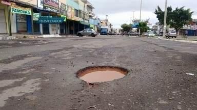 Buracos tomam conta do asfalto em Santa Maria - Em Santa Maria não tem uma rua onde o asfalto não esteja esburacado. A equipe do Bom Dia DF contou 12 buracos em um passeio.