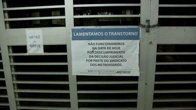 Semana começa com estações de metrô fechadas no DF - A semana começou com estações do metrô fechadas. Na segunda-feira (20), poucos funcionários apareceram para trabalhar e o sistema parou totalmente. O DFTrans disse que colocou ônibus extras.