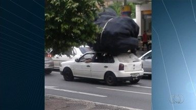 Motoristas são flagrados cometendo infração de trânsito em Goiânia - Condutor carrega carga acima da capacidade do veículo.