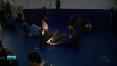 Amigos com profissões diferentes trabalham juntos no esporte - Dupla se encontra no jiu jitsu.