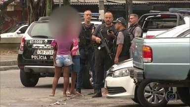 Polícia Civil faz operação para apreender menores na Cidade de Deus - A Polícia Civil fez uma grande operação na Cidade de Deus para apreender menores de idade envolvidos em delitos, como roubos, furtos e também com o tráfico de drogas.