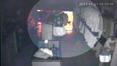 Polícia apreende dois adolescentes com roupas furtadas - Eles furtaram roupas em uma loja na zona norte.