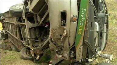 Duas vítimas do acidente com ônibus na Dutra em Paracambi, RJ, recebem alta - Veículo tombou na manhã de domingo. Três pessoas morreram e outras 33 ficaram feridas.