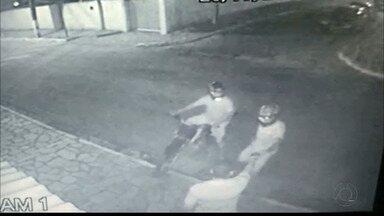 Bebê e avó são atingidos por tiros durante assalto em João Pessoa - Homem é assaltado, entrega os objetos aos bandidos e em seguida reage.Os tiros atingiram um bebê de 5 meses e a avó da criança.
