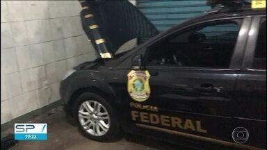 Quadrilha escondia carros clonados da PF e da Receita Federal em galpão em Guarulhos - A polícia chegou até o local porque o dono do imóvel desconfiou dos inquilinos.