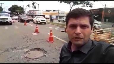Após acidente que matou policial civil, bueiro passa por reparos em Goiânia - Por conta das obras, o trânsito é complicado na Avenida Castelo Branco.