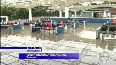 Chuva prejudica passageiros de rodoviária em Taubaté - Incidente ocorreu após chuva durante a madrugada.