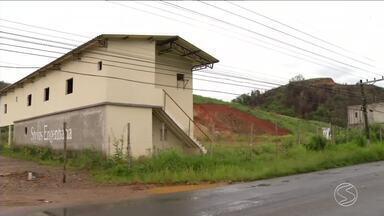 Mais vítimas reclamam de golpe imobiliário em Pinheiral, RJ - Elas compraram os imóveis na planta, mas projeto nunca saiu do papel.