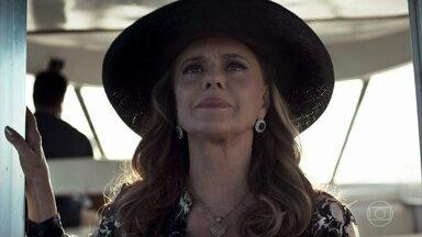 Sophia vai embora da clínica vitoriosa - Clara é carregada pelos enfermeiros. Beatriz observa, horrorizada