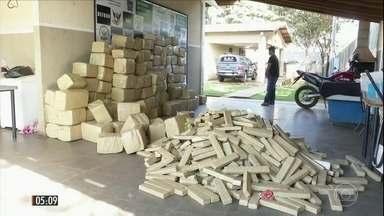 Caminhoneiro é preso com quatro toneladas de maconha em carga de aveia e milho no MS - O motorista do caminhão confessou que foi contratado para pegar a droga em um posto de combustível e levar até GO.