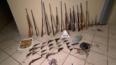 PM apreende mais de 30 armas em Santa Luzia, na Grande BH - Quatro pessoas foram detidas, entre elas, um adolescente de 17 anos.