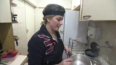 Andrea promove festa cigana no 'Jogo de Panelas 23' - Professora começa os preparos de seus pratos com nomes que provocam a curiosidade entre os demais participantes