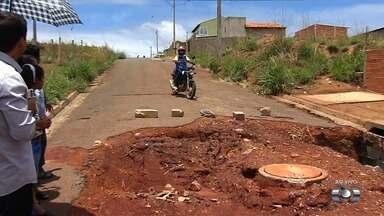 População cobra conclusão do asfalto em rua no Residencial Anhanguera, em Goiânia - Eles dizem que também há várias vias do bairro com problemas e bueiros inacabados.