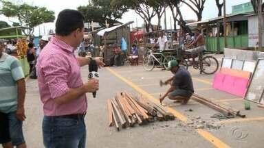 Ambulantes retirados de avenida do Benedito Bentes cobram novo espaço para trabalho - Comerciantes estão trabalhando no improviso enquanto aguardam um lugar definitivo.