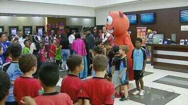 Crianças e adolescentes vão pela primeira vez a sessão de cinema em Araraquara - Elas nunca virão uma exibição de filme nas telonas antes.