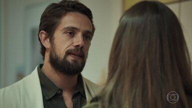 Renato se desculpa com Lívia - A irmã de Gael leva Tomaz ao hospital para consulta com pediatra