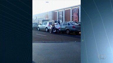 Mulher é flagrada carregando tábua de passar, micro-ondas e transportando criança em moto - Flagrante foi enviado pelo aplicativo Quero Ver na TV (QVT).