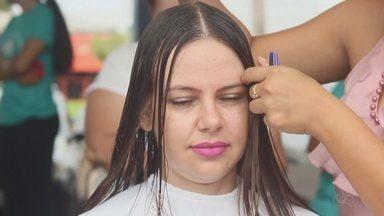 Mulheres doam cabelo durante campanha em Humaitá, no AM - Doações são para hospital que trata pacientes com câncer.