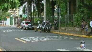 Irmãos acusados de participar da morte de sargento da PM são julgados em Araraquara, SP - Ruas do Fórum Criminal foram interditadas na manhã desta terça-feira (28).