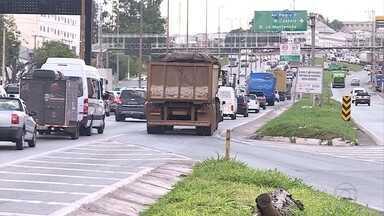 Para fugir do engarrafamento no Anel de BH, motoristas cometem irregularidades na via - Manobras arriscadas que, além de atrapalhar a fluidez do trânsito, podem provocar acidentes.