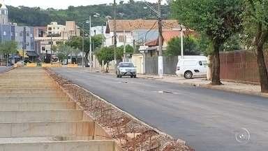 Trecho da avenida Marginal é aberto ao trânsito em São Roque - Um trecho da Avenida Marginal, em São Roque (SP), foi aberta ao trânsito. A via está interditada há 20 meses, após ser destruídas durante uma enchente no dia 11 de março de 2016. A reconstrução começou em maio deste ano.