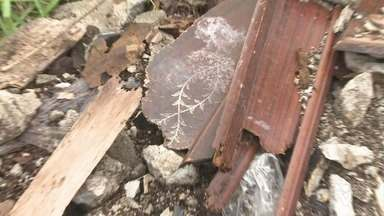 Vizinhos reclamam do entulho de restos de cemitério em Pariquera-Açu - Os moradores não sabem mais o que fazer ou a quem recorrer.