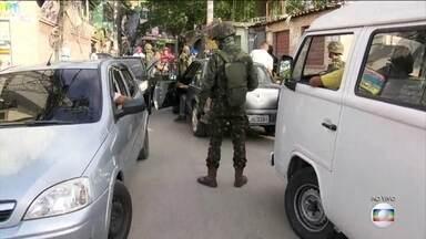 Forças Armadas e PM do Rio fazem operação na Ilha do Governador - São 1,5 mil homens à procura de bandidos que atacaram uma base de Polícia Pacificadora na região.